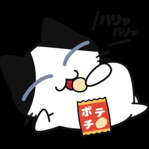 寝ながらスナック菓子を食べる猫